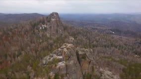 Altas rocas en los pilares siberianos de la reserva metrajes