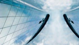 Altas torres corporativas del vidrio de la subida de la oficina central foto de archivo libre de regalías
