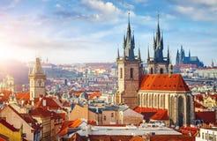 Altas torres de los chapiteles de la iglesia de Tyn en la ciudad de Praga Imágenes de archivo libres de regalías