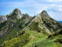 Altas torres en montañas foto de archivo