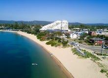 Altas visiones que miran abajo sobre la playa de Ettalong Foto de archivo libre de regalías