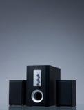Altavoces audios en fondo gris con la reflexión Imagen de archivo
