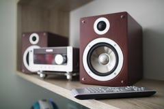 Altavoces de audio de madera y TV teledirigidos en el estante Fotos de archivo libres de regalías