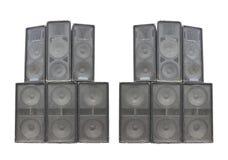 Altavoces de audio potentes viejos del concierto de la etapa aislados en blanco Fotos de archivo