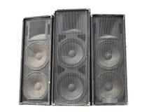Altavoces de audio potentes viejos del concierto de la etapa aislados en blanco Imágenes de archivo libres de regalías
