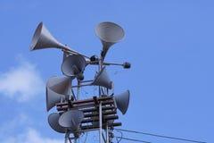 Altavoces del cuerno en torre con el cielo azul foto de archivo libre de regalías