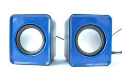 Altavoz azul para el ordenador en un fondo blanco foto de archivo