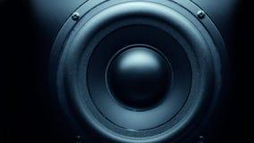 Altavoz de audio bajo que golpea pesadamente metrajes