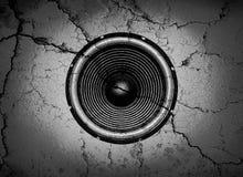 Altavoz de la música en una pared agrietada Imagen de archivo