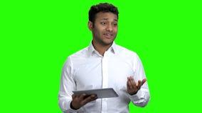 Altavoz del hombre de negocios usando la tableta digital almacen de video