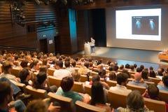 Altavoz del negocio que da una charla en sala de conferencias imagenes de archivo