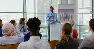 Altavoz masculino afroamericano que habla en un seminario 4k del negocio almacen de video