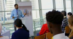 Altavoz masculino que habla en un seminario 4k del negocio almacen de metraje de vídeo