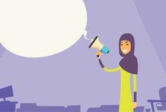 Altavoz musulmán de la mujer de negocios de la empresaria de Hold Megaphone Chat de la burbuja del espacio árabe de la copia Fotos de archivo