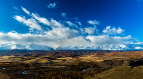 Altay Βουνά Χρυσό φθινόπωρο μπλε ουρανός στοκ φωτογραφίες