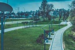 altay belokurikha健康闪亮指示晚上手段射击了西伯利亚街道 有树的街道灯笼和天空在背景中 免版税库存图片