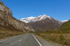 Altay Mountains e strada principale di Chuya, Repubblica di Altai Immagine Stock