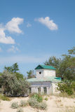 Altbau auf dem Seestrand Stockfoto