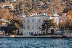 Altbau auf der Küste von Bosphorus-Straße in Istanbul, die Türkei Lizenzfreie Stockfotos