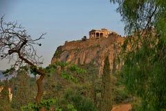 Altbau auf einem hohen Hügel mitten in einem Park lizenzfreies stockbild