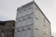 Altbau, der Tür und Fenster in der Chinesisch-portugiesischen Art an der alten Stadt hat Stockbild