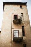 Altbau mit Balkonen und Fenstern Stockfotografie