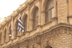 Altbau mit griechischer Flagge stockbild