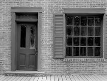 Altbau mit Tür und Fenster Stockfoto