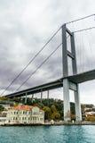 Altbau und Brücke in Istanbul Stockbilder