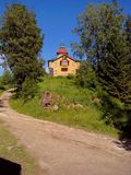 Altbauten nahe dem Tempel auf Solovki Solovetsky-Inseln, Arkhangelsk-Region, wei?es Meer lizenzfreies stockbild