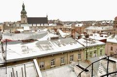 Altbauten und schneebedeckte Dächer des Stadtzentrums in Lemberg, Ukraine Lizenzfreies Stockbild