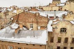 Altbauten und schneebedeckte Dächer des Stadtzentrums in Lemberg, Ukraine Lizenzfreie Stockfotos