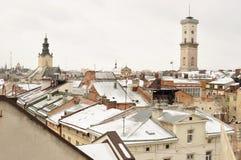 Altbauten und schneebedeckte Dächer des Stadtzentrums in Lemberg, Ukraine Stockbilder