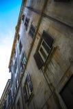 Altbauwand mit Fenstern Stockbilder