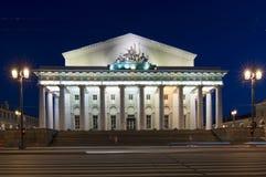 Altbestand-Börsengebäude auf Vasilyevsky-Insel nachts, St Petersburg, Russland Stockbilder