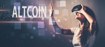 Altcoin при женщина используя шлемофон виртуальной реальности стоковое изображение rf