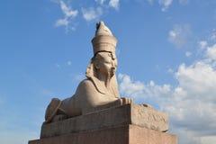Alte ägyptische Sphinx in St Petersburg gegen den blauen Himmel Lizenzfreies Stockfoto