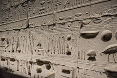 Alte ägyptische Wand bedeckt in den Hieroglyphen an Karnak-Tempel Stockfotografie