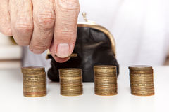 Alte ältere Hände, die Münze und kleinen Geldbeutel halten stockbilder