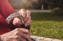 Alte ältere Hände, die Spazierstock halten lizenzfreie stockbilder