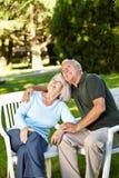 Alte ältere Paare, die oben schauen Lizenzfreie Stockfotos