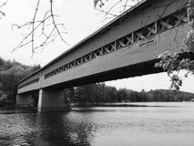 Alte überdachte Brücke über einem Fluss Lizenzfreie Stockfotos
