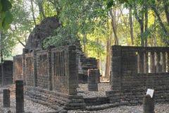 Alte Überreste der Backsteinmauer, die Wand der thailändischen alten Überreste Stockfotografie