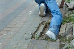 Alte Abdeckung des Unfallfußes die Entwässerung auf der Straße Stockfotografie