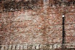 Alte abgefressene befleckte Backsteinmauer Stockbild
