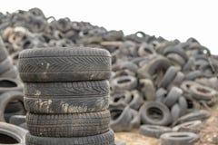 Alte abgenutzte Herausreifen auf einem verlassenen Abfalldump Abfallhaufen bereit zur Beseitigung stockfoto
