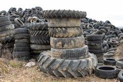 Alte abgenutzte Herausreifen auf einem verlassenen Abfalldump Abfallhaufen bereit zur Beseitigung lizenzfreies stockfoto