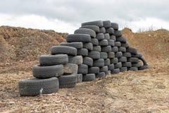 Alte abgenutzte Herausreifen auf einem verlassenen Abfalldump Abfallhaufen bereit zur Beseitigung stockfotos