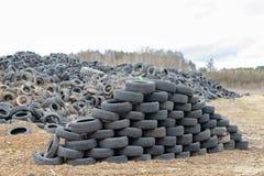 Alte abgenutzte Herausreifen auf einem verlassenen Abfalldump Abfallhaufen bereit zur Beseitigung lizenzfreie stockfotos