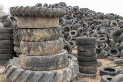 Alte abgenutzte Herausreifen auf einem verlassenen Abfalldump Abfallhaufen bereit zur Beseitigung lizenzfreie stockbilder